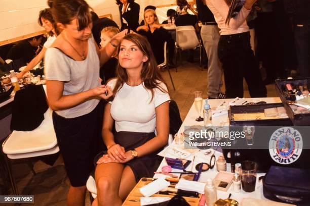 Le top model Laetitia Casta lors d'une séance de maquilage avant un défilé le 14 octobre 1995 à Paris France