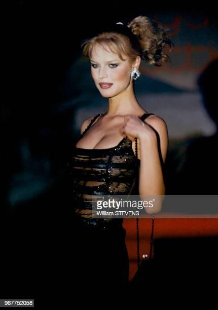 Le top model tchèque Eva Herzigova sur le podium, lors du défilé du jeune couturier italien le 14 mars 1996 à Paris, France.