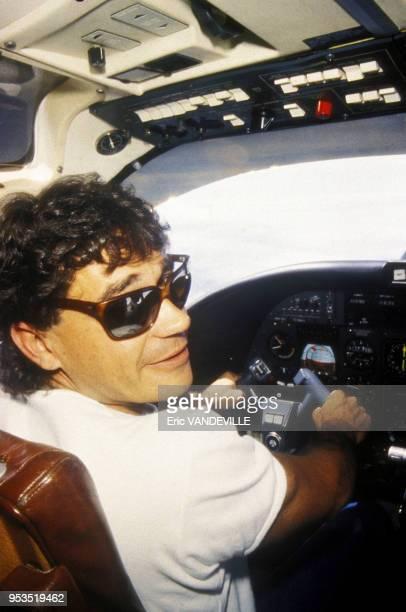 Le trafiquant de cocaïne Carlos Lehder aux commandes de son avion en 1986 en Colombie C'est l'un des caïds du cartel de Medellin dirigé par Pablo...