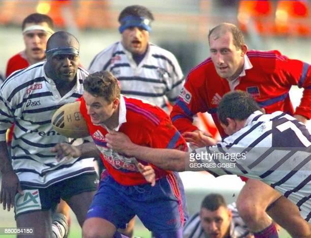 le trois quart centre de l'AS Béziers Christophe Gratien soutenu par Alain Carminati s'échappe malgré la charge du troisième ligne de CA Brive Régis...