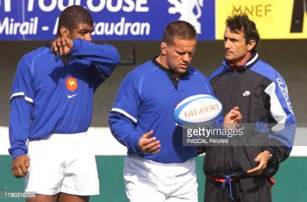 le troisième ligne de Colomiers Francis Ntamack et le pilier du Stade Toulousain Christian Califano écoutent les conseils de l'entraîneur du Stade...