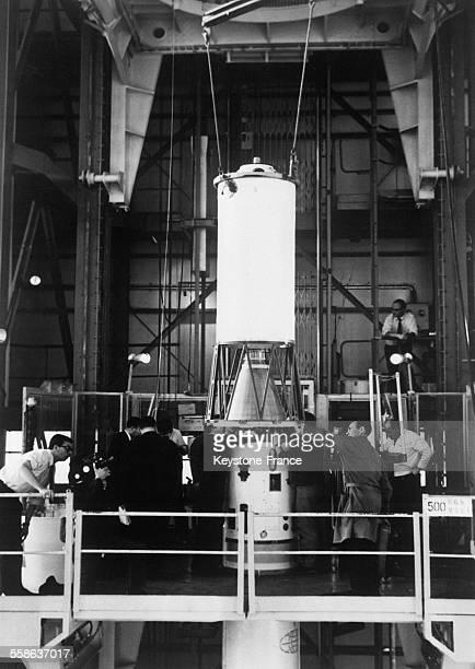 Le troisième étage de la fusée 'Diamant' avant le lancement dans l'espace du premier satellite français le 5 novembre 1965 en France