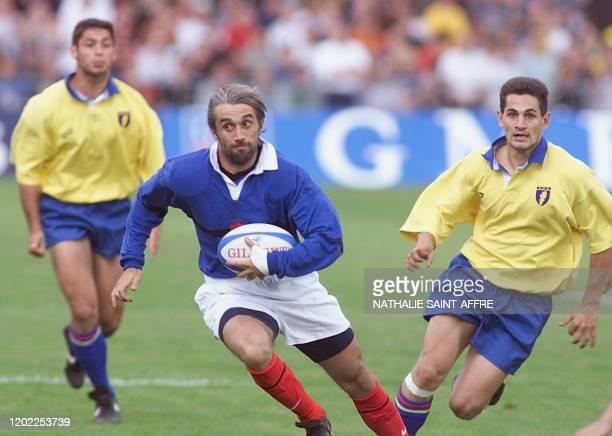 le troisquarts aile français Philippe BernatSalles échappe à la défense roumaine pour aller marquer un essai le 03 juin 1999 à Castres lors du...