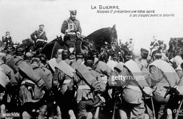 Le tsar Nicolas II présente une icône sacrée à ses troupes avant la bataille lors de la Première Guerre Mondiale