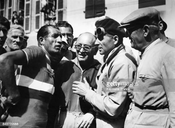 Le vainqueur de la 7ème étape BiarritzLourdes du Tour de France Gino Bartali est interviewé à son arrivée à Lourdes France le 8 juillet 1948
