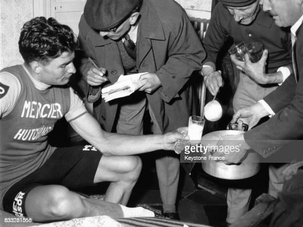 Le vainqueur Raymond Poulidor se rafraichit après sa victoire à san Remo Italie le 19 mars 1961