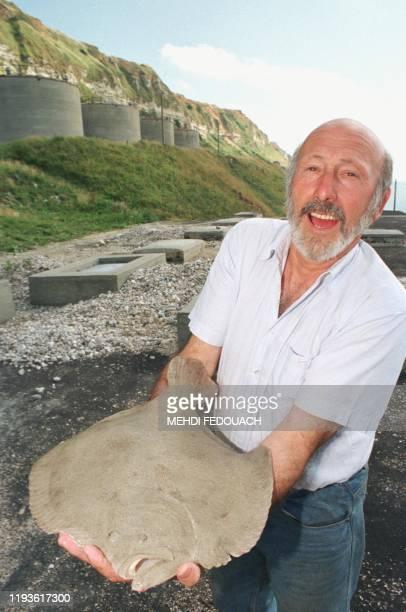Le vice-président de l Association d' Aquacaux, Jean-Jacques Lemaitre, présente, le 26 juillet 1999 à Octeville-sur-Mer, sur une ancienne base de l'...