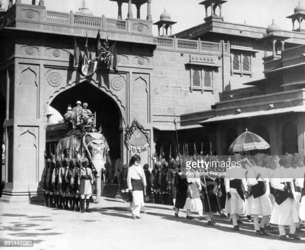 Le ViceRoi des Indes et le Maharajah de Bikaner à dos d'éléphant se rendant au Palais du Maharajah à Bikaner Inde le 12 novembre 1937