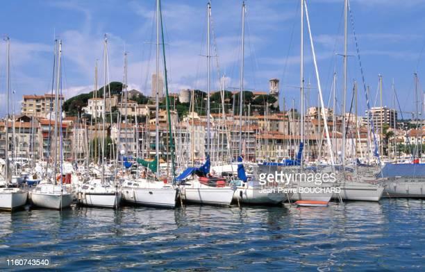 Le vieux port et le quartier du Suquet dans la vieille ville de Cannes en août 1997, France.