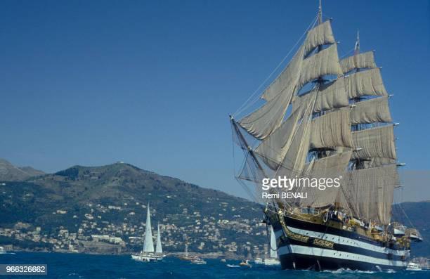 Le voilier italien Amerigo Vespucci participant à la régatte Christophe Colomb le 19 avril 1992 Italie
