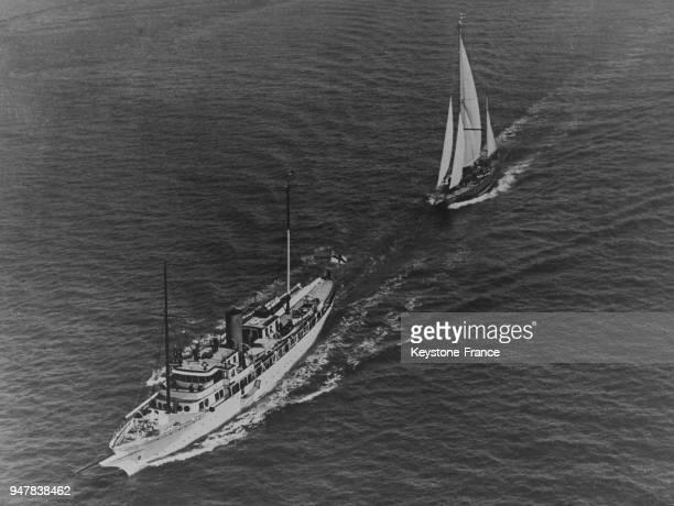 Le yacht 'Endeavour' qui participera à la Coupe America est remorqué par un vapeur qui l'emmène au départ de la course à Rhode Island EtatsUnis en...