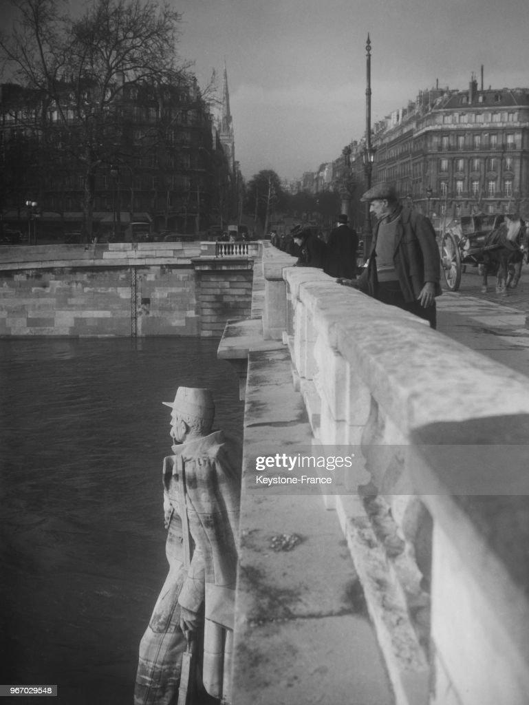 Le Zouave Du Pont De L Alma Les Pieds Dans L Eau A Paris