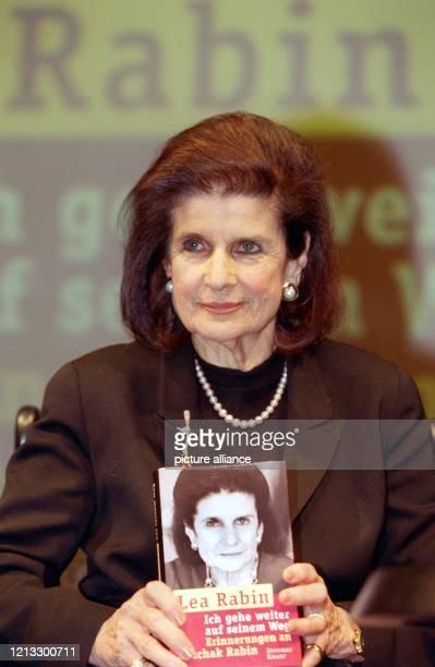 """Lea Rabin, die Witwe des ermordeten israelischen Ministerpräsidenten Izchak Rabin, stellt am 12.4.1997 im Hamburger Thalia Theater ihr Buch """"Ich gehe..."""