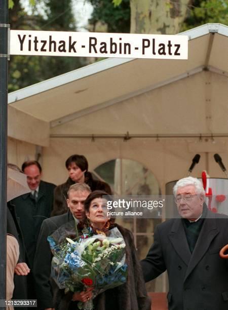 Lea Rabin schaut am 3.12.1996 in Köln zu dem Straßenschild, das sie soeben gemeinsam mit dem Oberbürgermeister der Stadt, Norbert Burger , enthüllt...