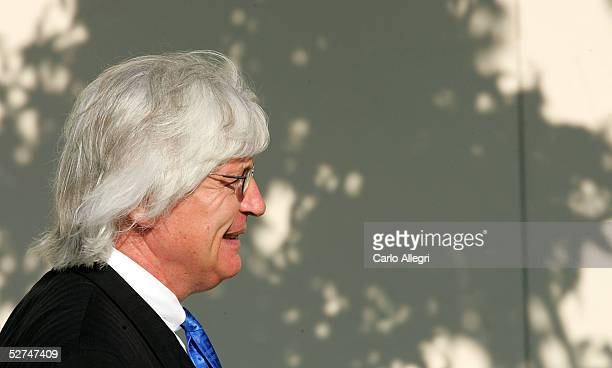 Lead defense attorney Thomas Mesereau Jr arrives at the Santa Barbara County courthouse for singer Michael Jackson's trial May 2 2005 in Santa Maria...