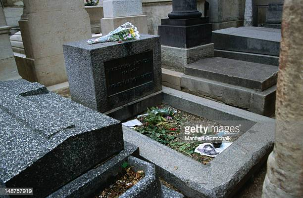 lead singer of the 60's band the doors, jim morrison was laid to rest in pere lachaise cemetery in 1971. - the doors band stock pictures, royalty-free photos & images