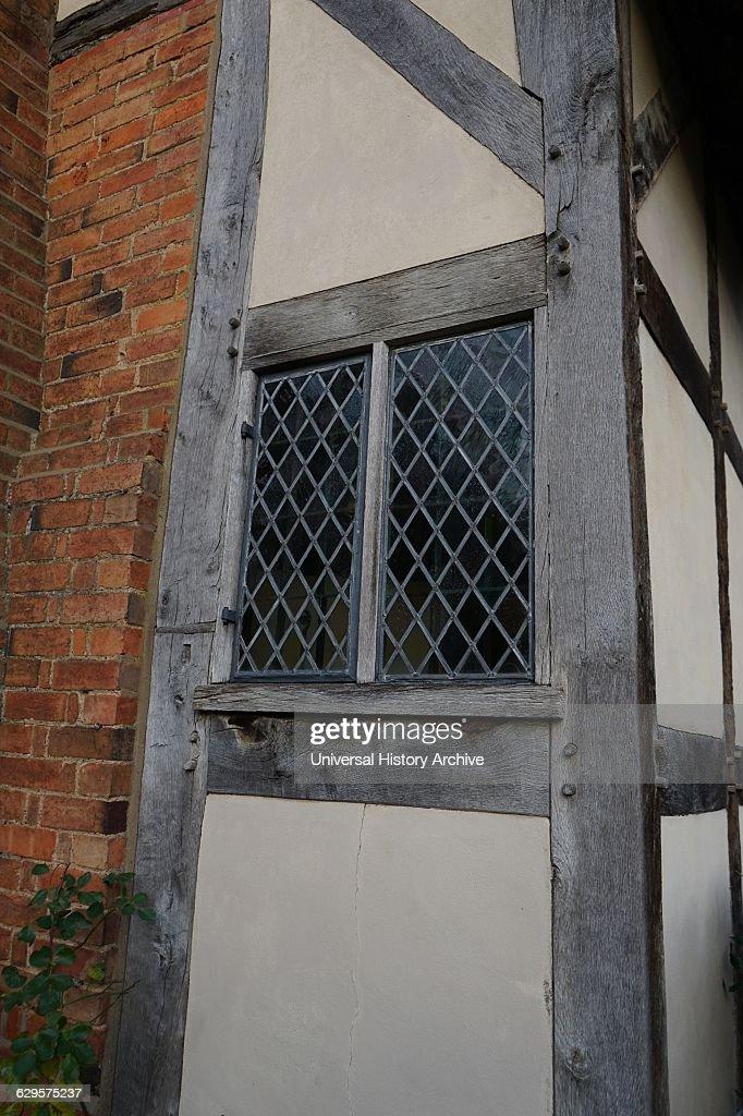 leaded window at Anne Hathaway's Cottage : Fotografía de noticias