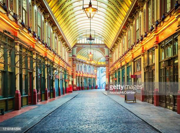 リーデンホール市場は明るく照らされた華やかなメインカバーストリート - レドンホールマーケット ストックフォトと画像