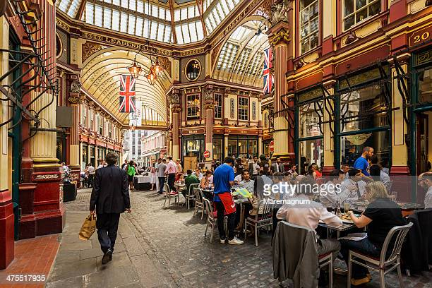 leadenhall market, people during the lunch time - bandiera inglese foto e immagini stock