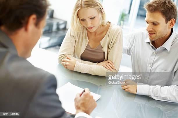 リーダーの責任を説明した従業員