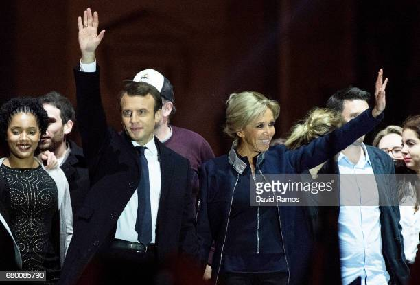 Leader of 'En Marche ' Emmanuel Macron waves to supporters with wife Brigitte after winning the French Presidential Election at The Louvre on May 7...