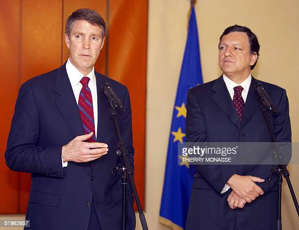 Leader of the US Senate majority Bill Frist gestures while talking with the President of the European Commission Jose Manuel Barroso during a press...