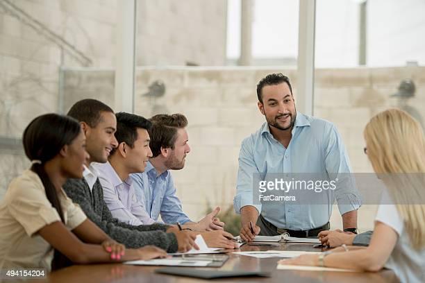 Liderando una sala de juntas para reuniones