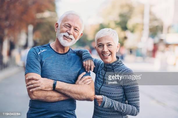 gemeinsam ein gesundes leben führen - anstoß sportbegriff stock-fotos und bilder