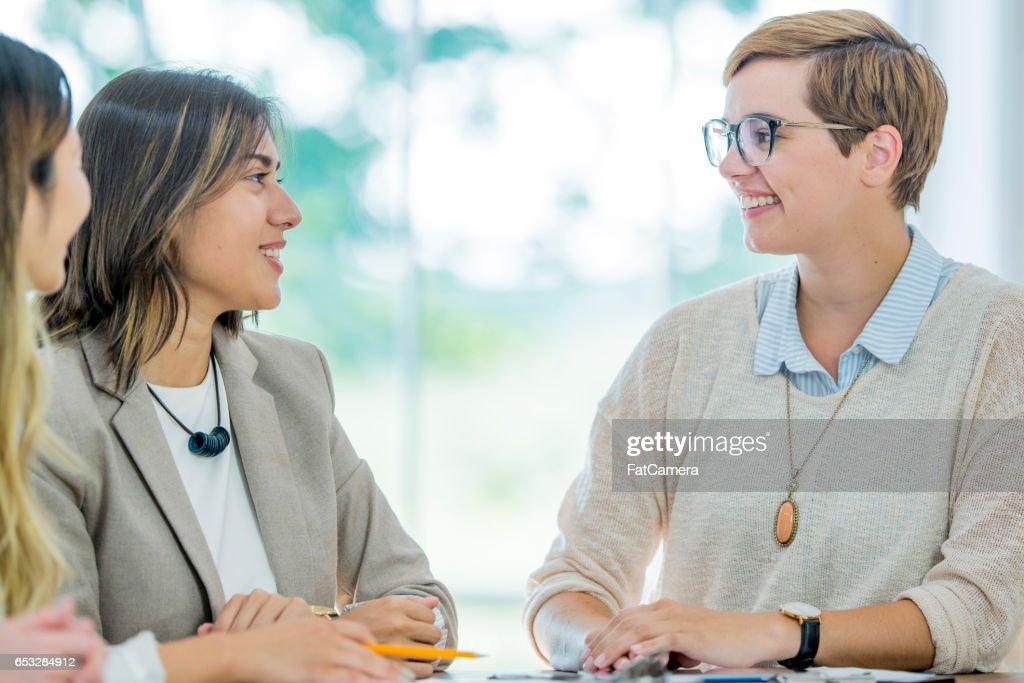 Leiden van een vergadering in een directiekamer : Stockfoto