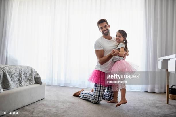 Leidt haar op een vrolijk kleine dans