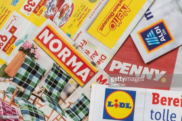 leaflets and flyers of german discount market chains - equipamento à base de papel imagens e fotografias de stock