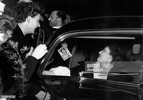 Leander Zarah Actress singer Sweden * after the premiere of her film 'Gabriela' surrounded by fans around the car Vintage property of ullstein bild