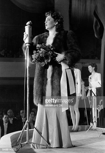 Leander, Zarah - Actress, Singer, Sweden *-+ - performance at the Berlin Press Ball - January 1939 Vintage property of ullstein bild