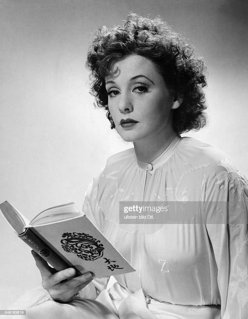 Leander, Zarah - Actress, singer, Sweden  *15.03.1907-23.06.1981+   - portrait with a book  - around 1940   - Published in: 'Koralle'; 16/1938  Vintage property of ullstein bild : News Photo