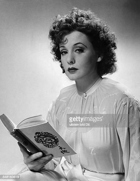 Leander Zarah Actress singer Sweden * portrait with a book around 1940 Published in 'Koralle' 16/1938 Vintage property of ullstein bild
