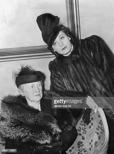 Leander Zarah Actress singer Sweden * portrait with her mother 1938 Published in 'Stern' 12/1938 Vintage property of ullstein bild