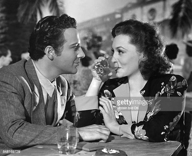 Leander, Zarah - Actress, singer, Sweden *-+ - Scene from the movie 'Damals' - as Vera Meiners in a cafe with artist Rossano Brazzi - Directed by:...
