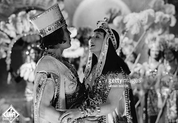 Leander Zarah Actress singer Sweden * Scene from the movie 'Der Weg ins Freie' Zarah Leander as Antonia Corvelli on stage with Walter Ludwig as...