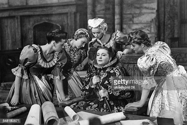Leander Zarah Actress singer Sweden * Scene from the movie 'Das Herz der Koenigin' Zarah Leander in the role of Mary Queen of Scots with Margot...