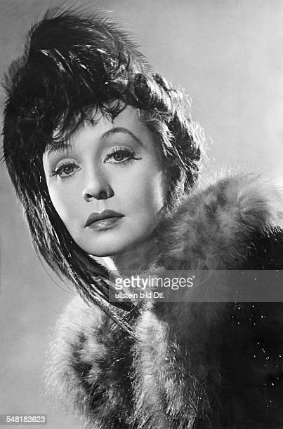 Leander Zarah Actress singer Sweden * Scene from the movie 'Der Blaufuchs' portrait with feathered headdress and fur Directed by Viktor Tourjansky...