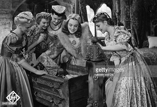 Leander Zarah Actress Singer Sweden * Scene from the movie 'Das Herz der Koenigin' Zarah Leander in the role as Mary Queen of Scots with Anneliese...