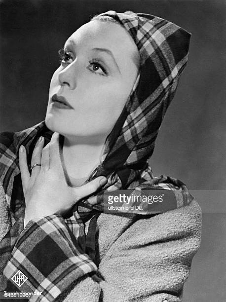 Leander Zarah Actress singer Sweden * Scene from the movie 'Der Blaufuchs' as Ilona Paulus wearing a checkered headscarf Directed by Viktor...