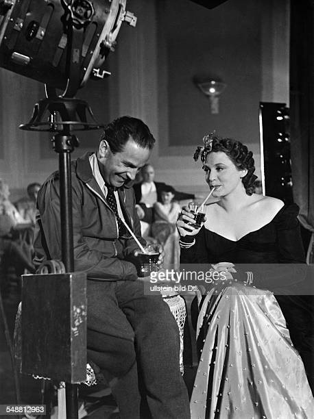 Leander Zarah Actress singer Sweden * talking to cinematographer Franz Weihmayr during a shooting break of the film 'Das Lied der Wueste' Directed by...