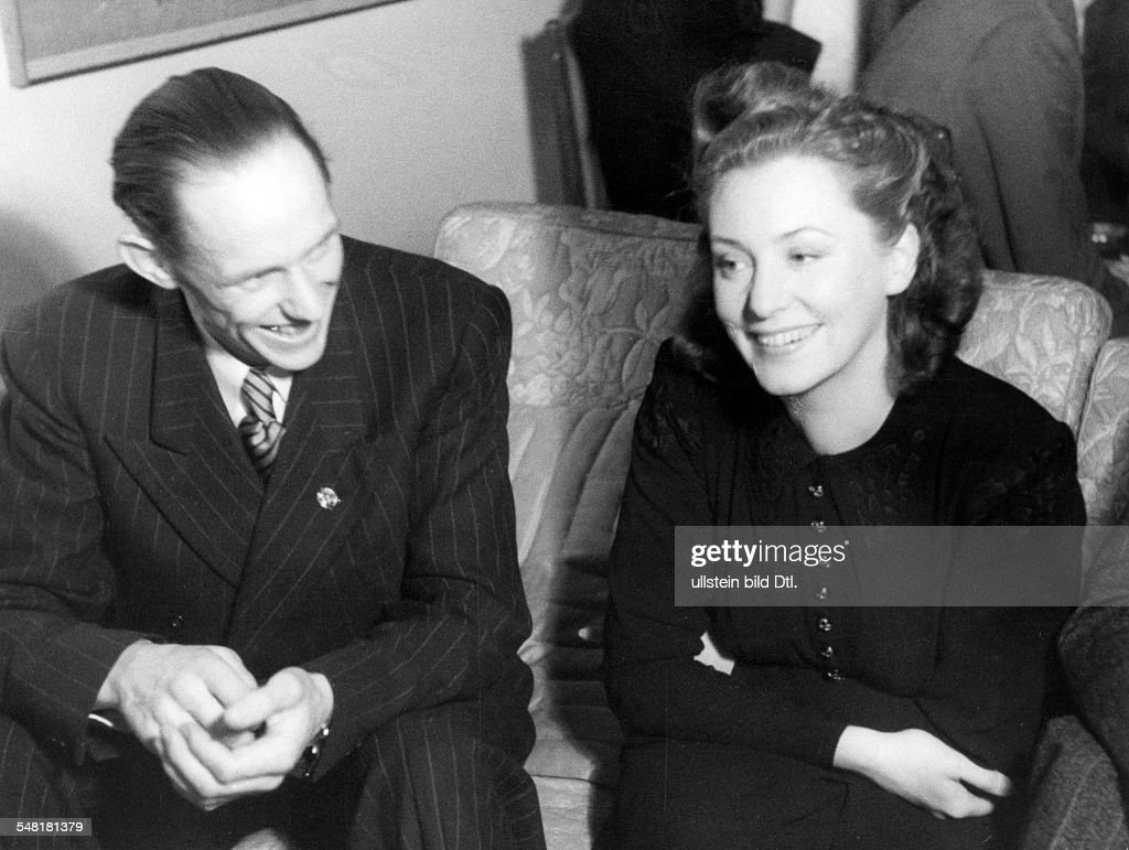 Leander, Zarah - Actress, singer, Sweden  *15.03.1907-23.06.1981+   - talking to Gunder Haegg  - undated (around 1940)   Vintage property of ullstein bild : News Photo