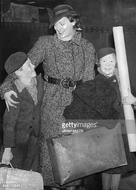 Leander Zarah Actress singer Sweden * with her children on a journey 1937 Published in 'BZ' on Vintage property of ullstein bild