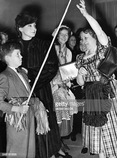 Leander Zarah Actress singer Sweden * with her son at the Christmas bazaar of the Swedish community in Berlin 1938 Published in 'Das 12 Uhr Blatt'...