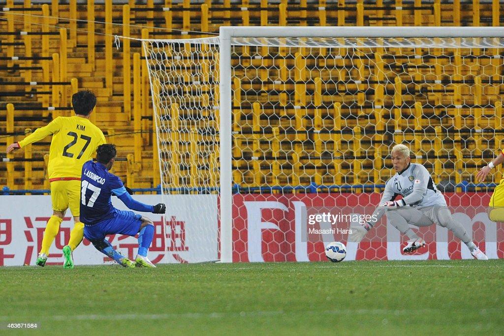 Leandro Assumpcao Da Silva #17 of Chonburi FC scores the first goal during the AFC Champions League playoff round match between Kashiwa Reysol and Chonburi FC at Hitachi Kashiwa Soccer Stadium on February 17, 2015 in Kashiwa, Japan.
