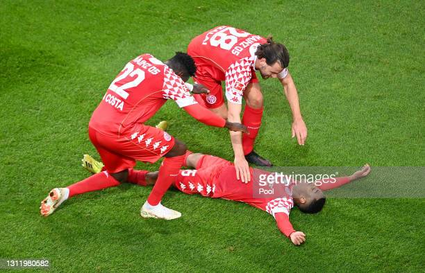 Leandro Barreiro of 1. FSV Mainz 05 celebrates with Danny da Costa and Adam Szalai after scoring their side's third goal during the Bundesliga match...