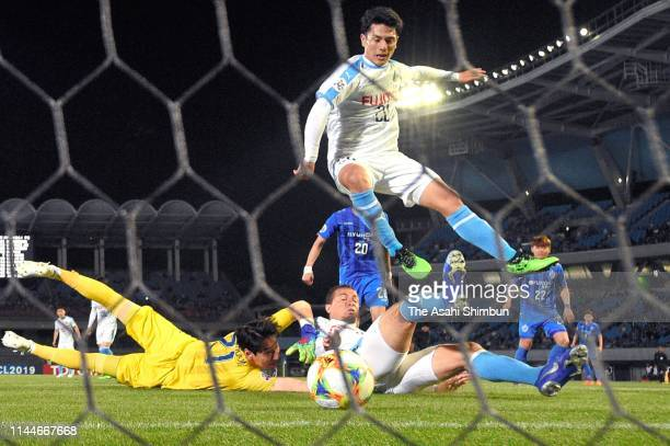 Leandro Damiao of Kawasaki Frontale scores his side's second goal during the AFC Champions League Group H match Kawasaki Frontale and Ulsan Hyundai...
