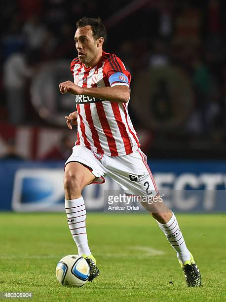 Leandro Desabato of Estudiantes de la Plata drives the ball during a match between Estudiantes and San Martin as part of 16th round of Torneo Primera...